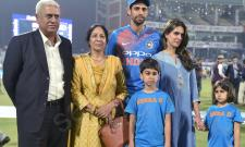 Ashish Nehra gets emotional farewell at home ground - Sakshi