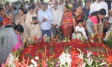 ys rajasekhara reddy family pays tributes ysr ninth death anniversary Photo Gallery - Sakshi