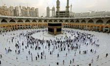 Muslim pilgrims gather around Mecca to offer prayer - Sakshi
