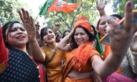 Narendra Modi flashes victory sign after BJP - Sakshi