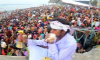 Pilgrims bathing on Occasion of Maha Shivratri at Krishna River Photo Gallery - Sakshi