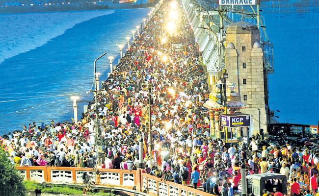 Huge Crowd At Prakasam Barrage Krishna Flood Photo Gallery - Sakshi