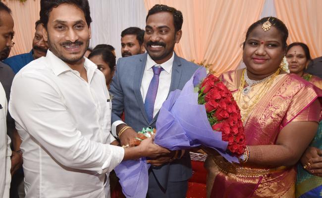 CM Jagan Attends Araku MP Goddeti Madhavi Marriage Reception In Vizag Photo Gallery - Sakshi
