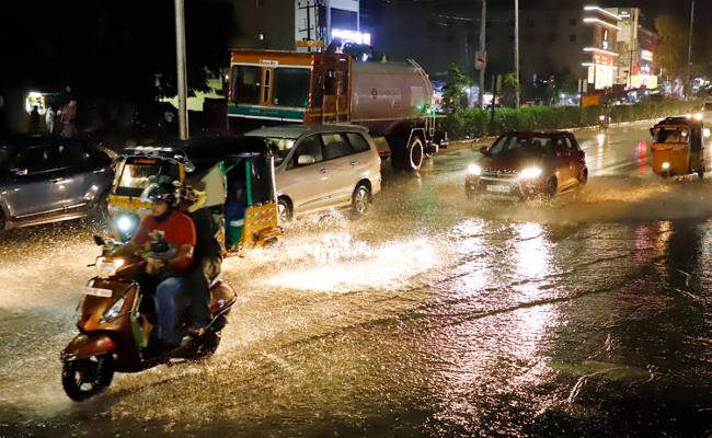 Heavy rainfall in parts of Hyderabad Photo Gallery - Sakshi