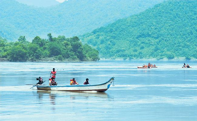 Fisher Men Save To Devipatanam Tourists In Boat Capsizes - Sakshi