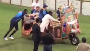 World XI players pushes auto to start in Lahore Stadium