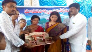Poonam Kaur personally visited the houses of handloom weavers in Anantapur
