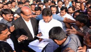 Lawyers meet ys jagan in padaytra - Sakshi