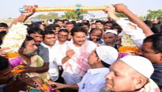 Muslim People meet ys jagan in padayatra - Sakshi
