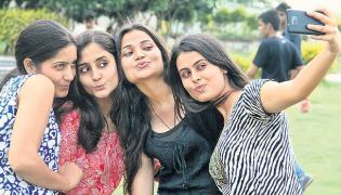'Selfitis' is a genuine mental disorder, say psychologists - Sakshi