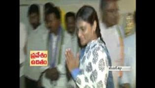 YS sharmila conceals to Narsamma family in karimnagar district - Sakshi