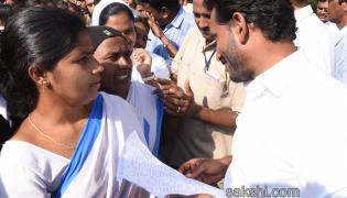 Asha workers Meet YS Jagan in Nuziveedu - Sakshi