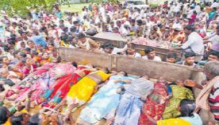 Tractor Accidentally Falls Into Musi River Vemulakonda - Sakshi