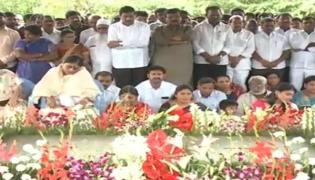 YSR Family Members Pay Tribute To YS.Rajasekhara at YSR Ghat in Idupulapaya - Sakshi