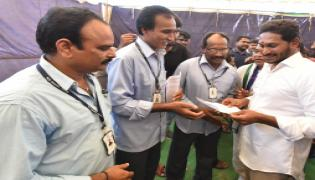 Shriram Sugar Mills Labor meets ys jagan - Sakshi