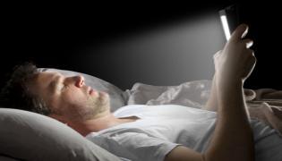Cell Phones Blue Light Causes Skin Problems - Sakshi