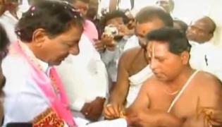 KCR perform pooja at Konaipally Venkateshwar swamy temple - Sakshi