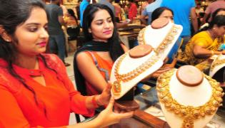 One-Rupee gold lures Indians as sellers seek to boost demand - Sakshi