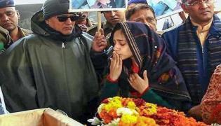 Wife Of Major Dhoundiyal Bids Teary Eyed Farewell - Sakshi