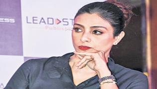 Tabu to play Allu Arjun's mom - Sakshi