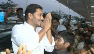 YS Jagan Mohan Reddy receives grand welcome at Gannavaram airport - Sakshi