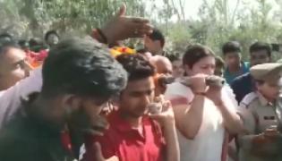 BJP MP Smriti Irani Lends A shoulder To Mortal Remains Of Surendra singh - Sakshi