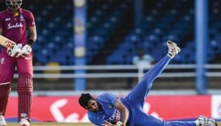 Bhuvneshwar Wows Fans With Sensational Return Catch - Sakshi