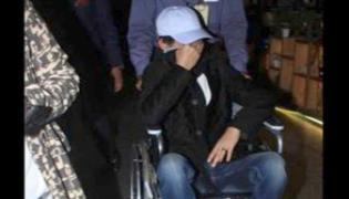 Irrfan Khan hides his face when spotted at Mumbai Airport - Sakshi