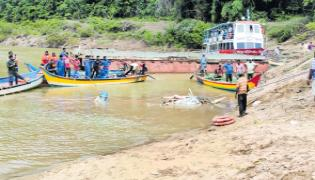 Kachuluru boat extraction works continues  - Sakshi