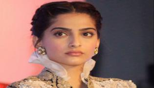 PM Diya Jalao: Actresses Disappointed Over Bursting Firecrackers - Sakshi