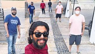Allu Arjun Social Distance Selfie Viral in Social Media - Sakshi
