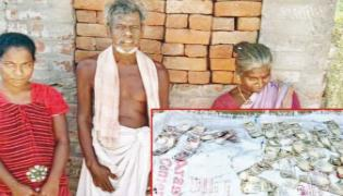 Old Woman Deposited 35 Thousand Rupees In The Mud For Her Daughter Marriage - Sakshi