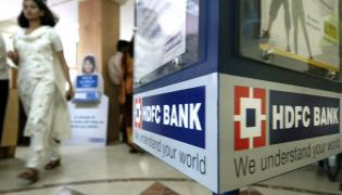RBI halts HDFC Bank to issue new credit cards, digital launches - Sakshi