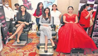 Bigg Boss: Ariyana Glory Starts Hyderabad Fashion Show At Banjara Hills - Sakshi