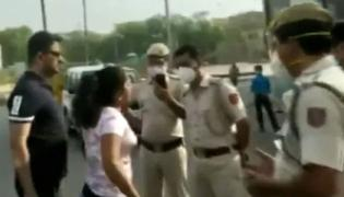 Maskless Woman Misbehaves With Delhi Cops Video Viral - Sakshi