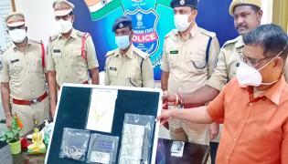 Ex Army Jawan Steals Gold In Warangal - Sakshi