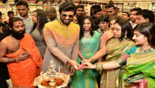 Vijay Devarakonda and Anu Emmanuel launch KLM Fashion Mall at Dilsukhnagar - Sakshi