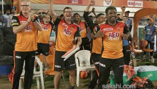 Sunrisers survive collapse escape with last-ball win - Sakshi