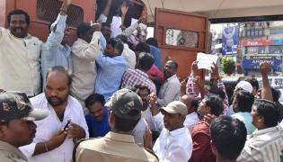 Sarva Shiksha Abhiyan Teachers Protest at Pragathi Bhavan photo Gallery - Sakshi
