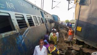 7 dead as New Farakka Express derails in UP photo Gallery - Sakshi
