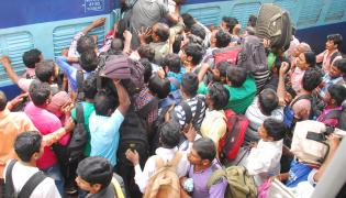 Heavy Rush For Dasara Holidays in Trains Photo Gallery - Sakshi