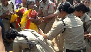 police attacks midday meals workers visakhapatnam photo Gallery - Sakshi