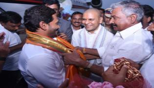YS Jagan Mohan Reddy gets grand welcome from Tirumala Photo Gallery - Sakshi
