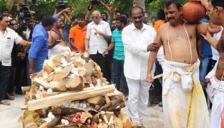 Vijaya Nirmala Last Journey Rituals Completed Photo Gallery - Sakshi