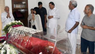 political Leaders Pay Tribute to Sushma Swaraj Photo Gallery - Sakshi