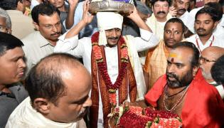 CM YS Jagan Offers Silk Robes To Goddess KanakaDurgamma Photo Gallery - Sakshi