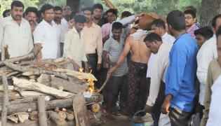 Tahsildar Vijaya Reddy funeral at Nagole Photo Gallery - Sakshi