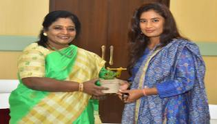 Women Cricketer Mithali Raj Meet Governor Tamilisai Soundararajan  - Sakshi