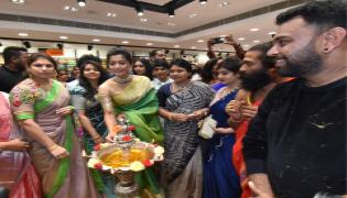 Rashmika Mandanna launches KLM shopping mall in Vanasthalipuram Photo Gallery - Sakshi