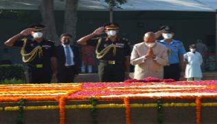 President Kovind, PM Modi pay tribute to Mahatma Gandhi at Rajghat - Sakshi